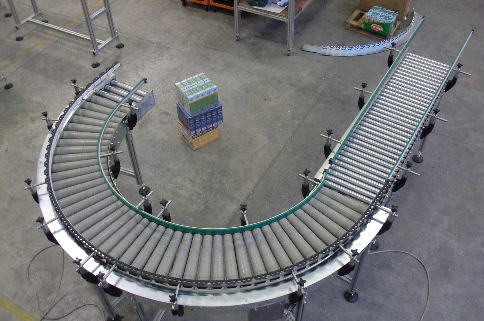 una struttura in ferro curva con dei rulli in acciaio