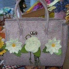 borsa con rosa bianca