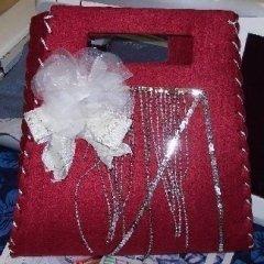 borsa ornata di lustrini e fiocco