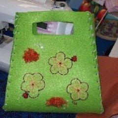 borsa verde con fiori ricamati in rilievo