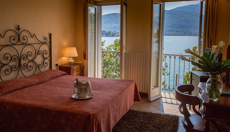 camera da letto con vista panoramica sul lago