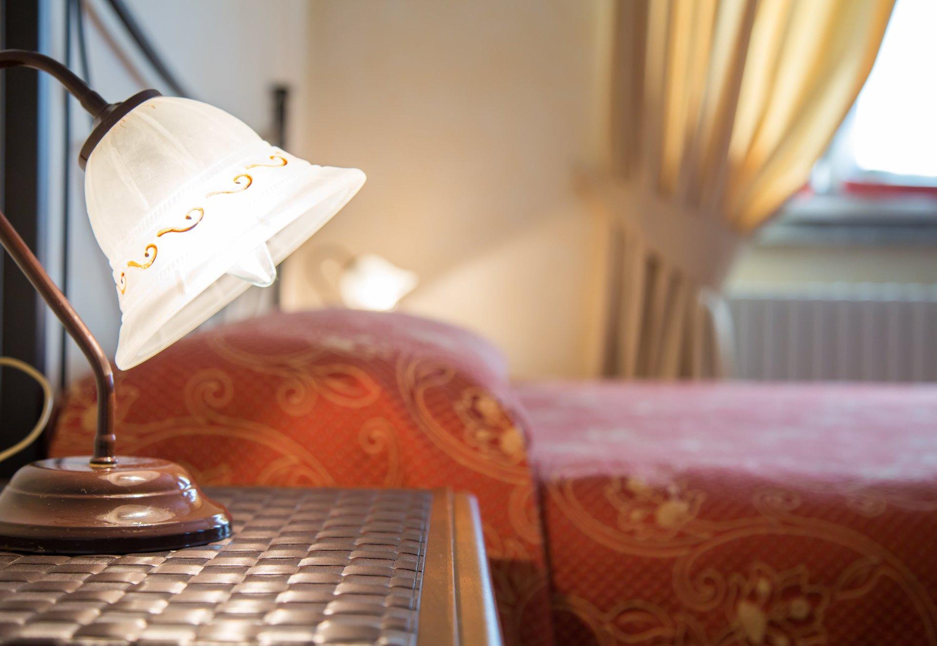 stanza di albergo con primo piano di lampada fiore