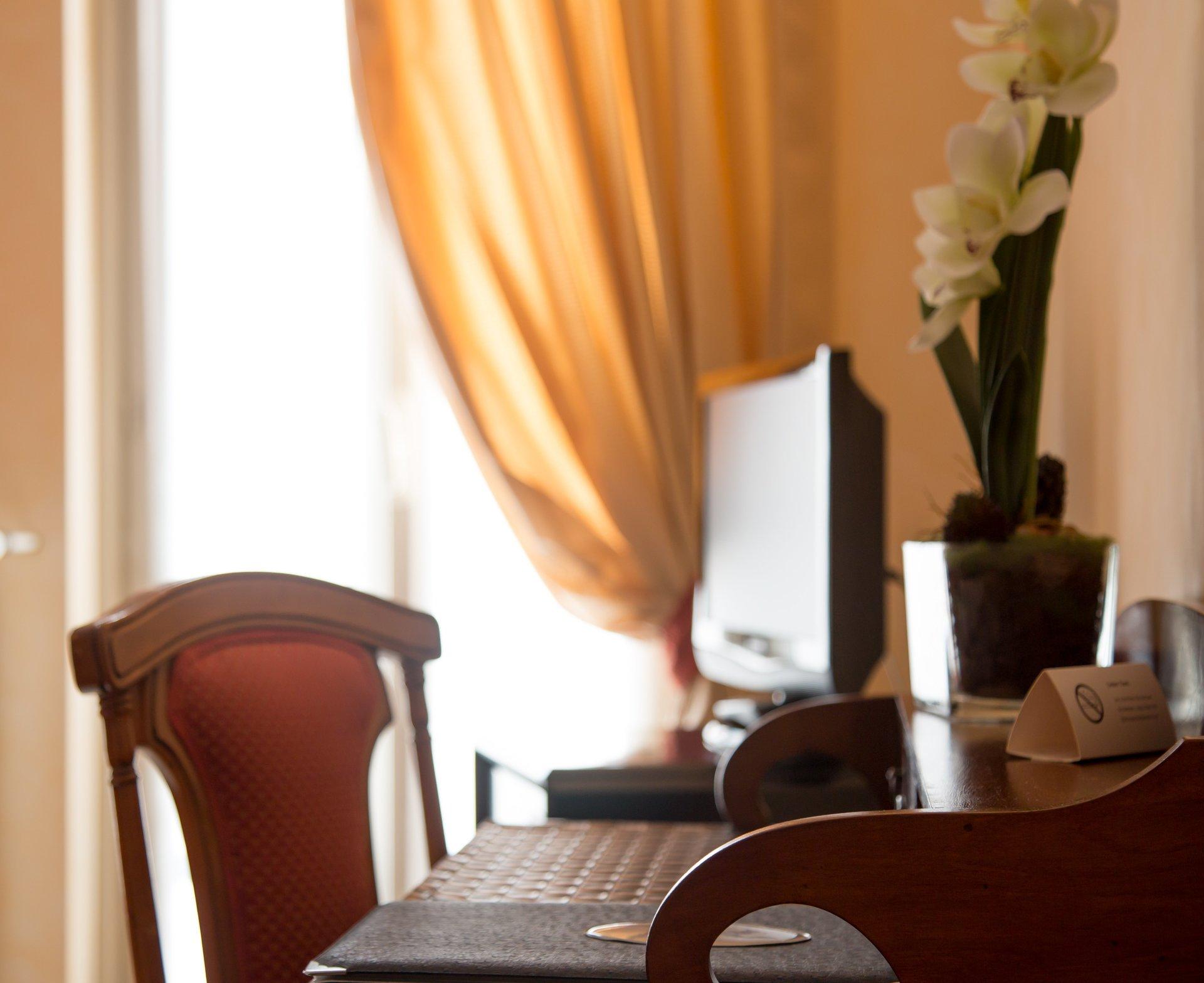 scrivania e sedia di una stanza d'albergo