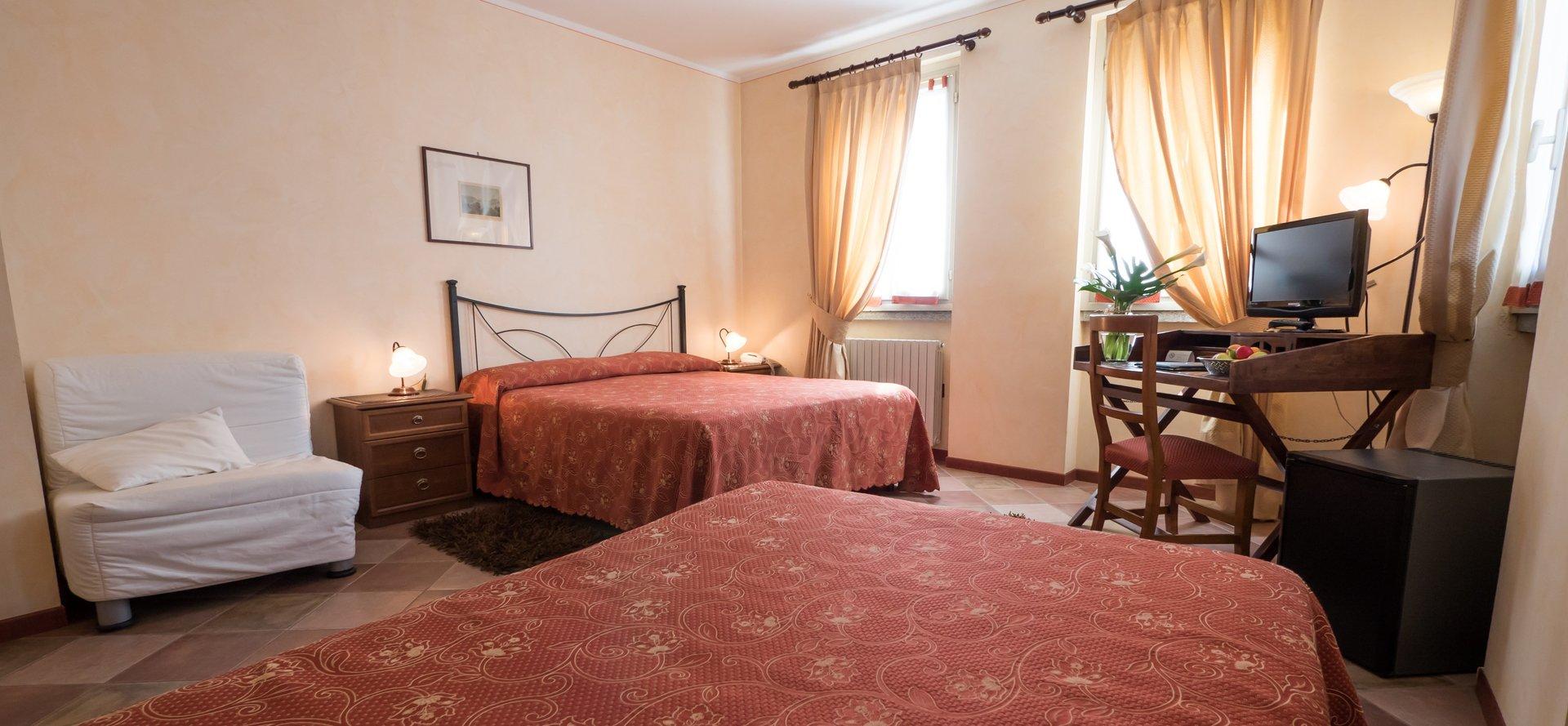stanza di albergo con due letti