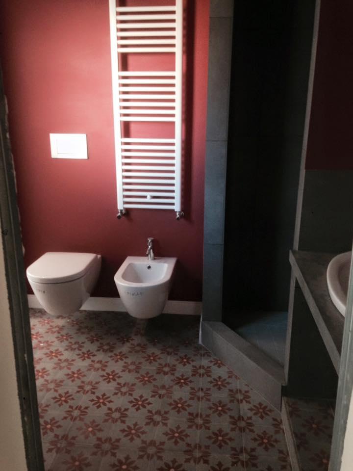bagno ristrutturato con pareti rosse