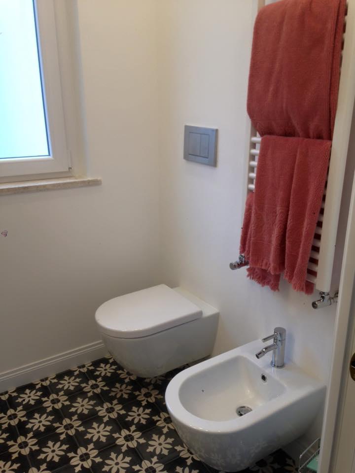 sanitari di un bagno bianchi, ristrutturati