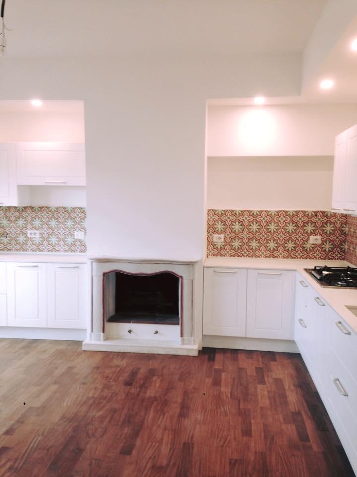 Cucina appena ristrutturata con mobili bianchi