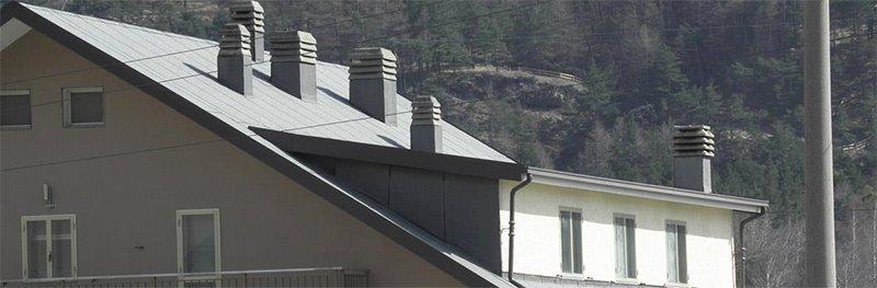 Uno stabile con tetto impermeabilizzato