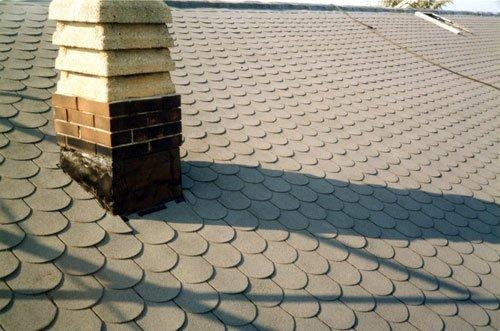 un tetto rivestito e un comignolo