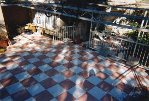 un pavimento di un balcone a piastrelle a quadri bianchi e rossi