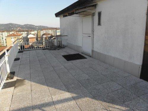 un ampio terrazzo e vista di una porta bianca