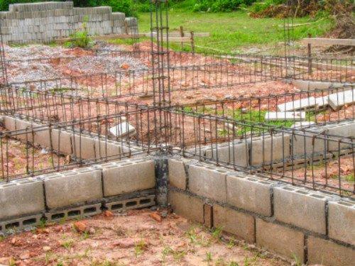 dei mattoni e sopra dei tubi in ferro da fondamenta