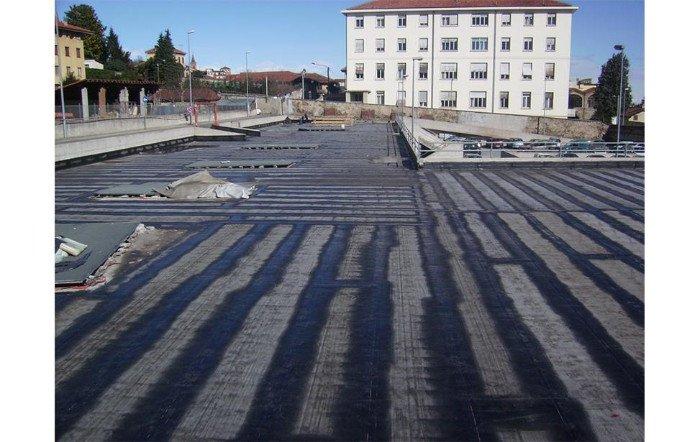 un ampio tetto di uno stabile di color nero