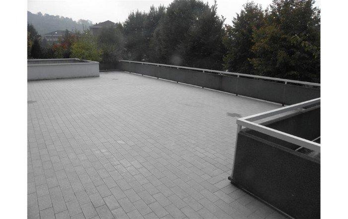 vista di un ampio terrazzo su un tetto
