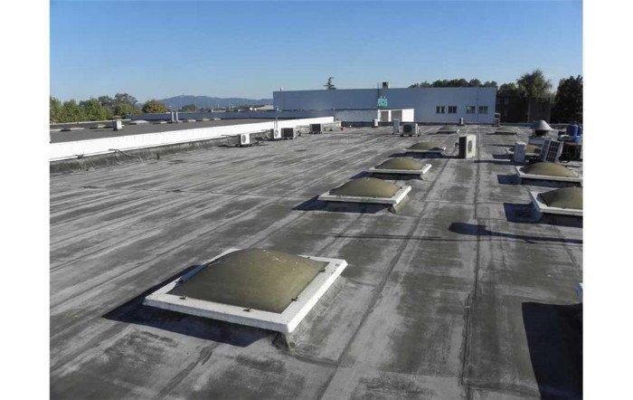 vista di un tetto nero sopra a uno stabile