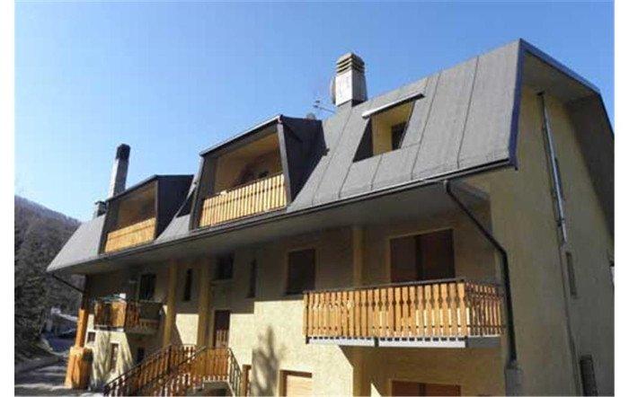 una casa con dei balconi in legno