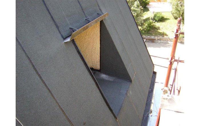 vista di un lucernario in un tetto di una casa