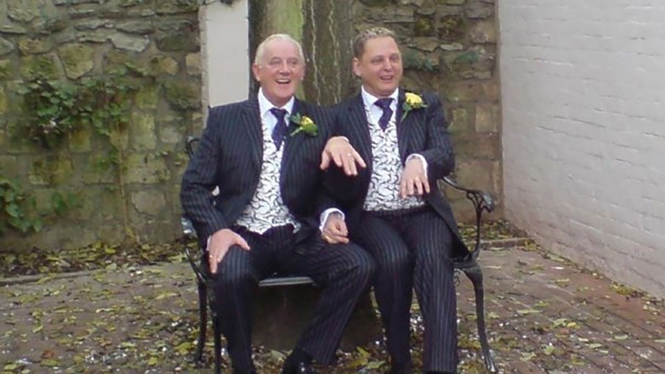 2 newly weds on a bench