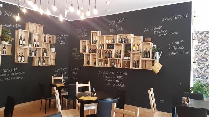 dei tavoli e sedie in legno e di color nero in un locale