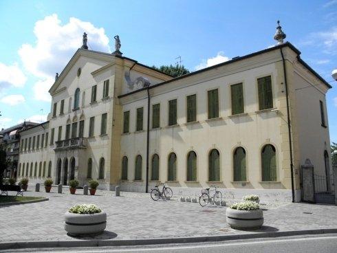 Una fotografia che ritrae quello che una volta era il Palazzo Municipale, in Piazza Angelo Pastrello.