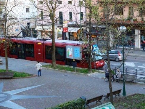 Il tram in sosta alla fermata di Piazza Pastrello, frazione Favaro Veneto.
