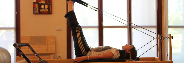 una ragazza in palestra sta facendo allenamento