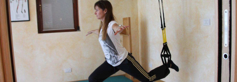una ragazza in palestra fa stretching