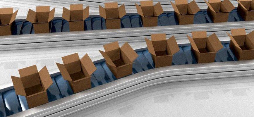 una serie di scatoloni aperti su un nastro