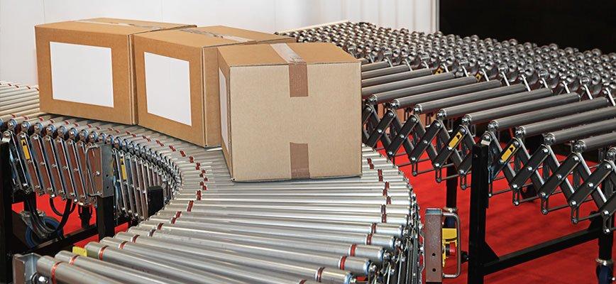degli scatoloni chiusi su una cinghia in un industria