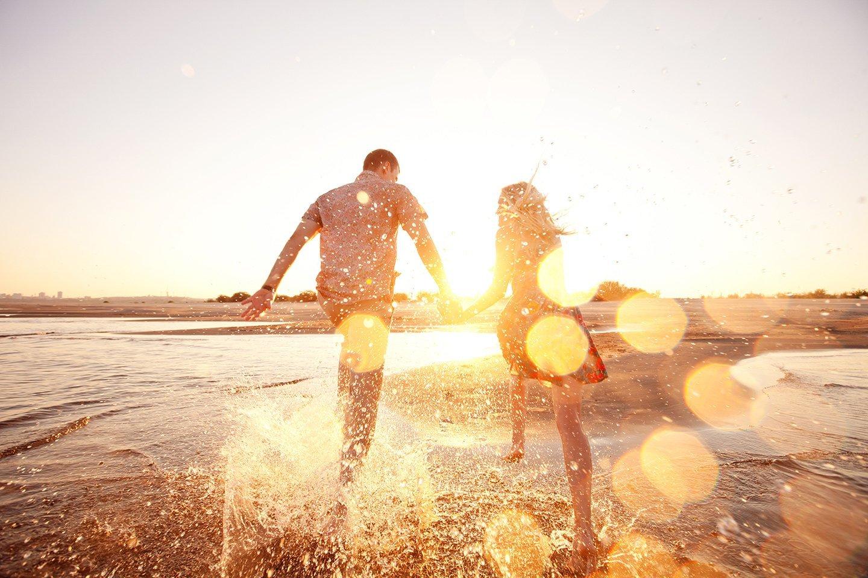 una coppia corre in riva al mare