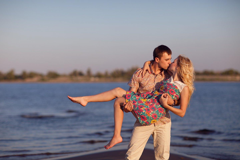 due innamorati si baciano in riva al mare