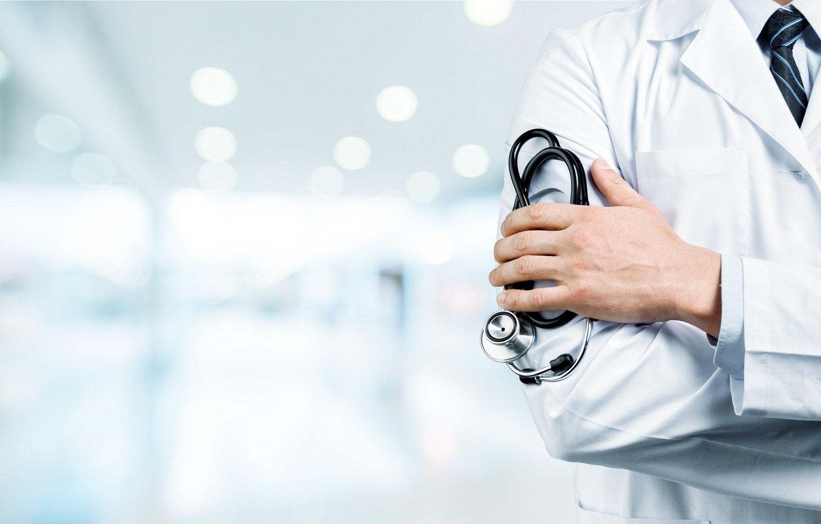 un dottore con un camice bianco e una mano con uno stetoscopio