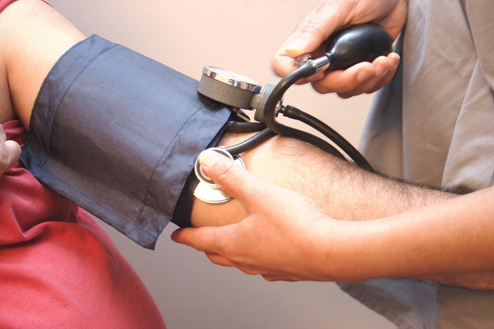 due mani che provano la pressione a un uomo