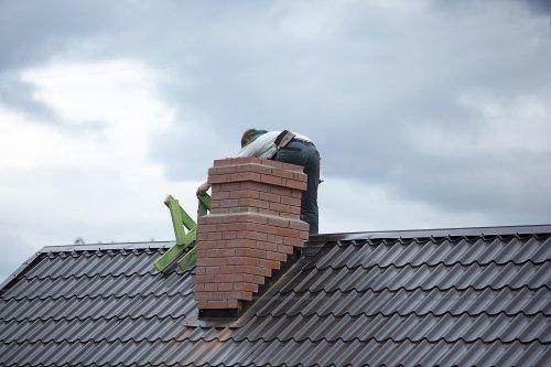 uomo sul tetto