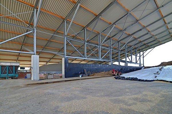 interno di un capannone con delle strutture di ferro che reggono il tetto