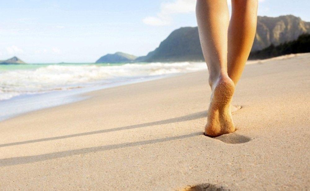 camminata a piedi scalzi sulla spiaggia
