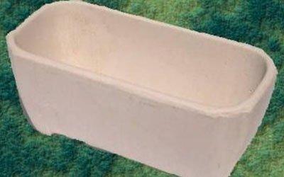 un vaso beige fatto in cemento