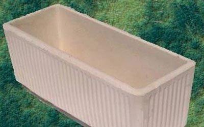 un vaso  beige a forma rettangolare in cemento