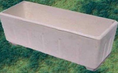un vaso in cemento a forma rettangolare di color bianco
