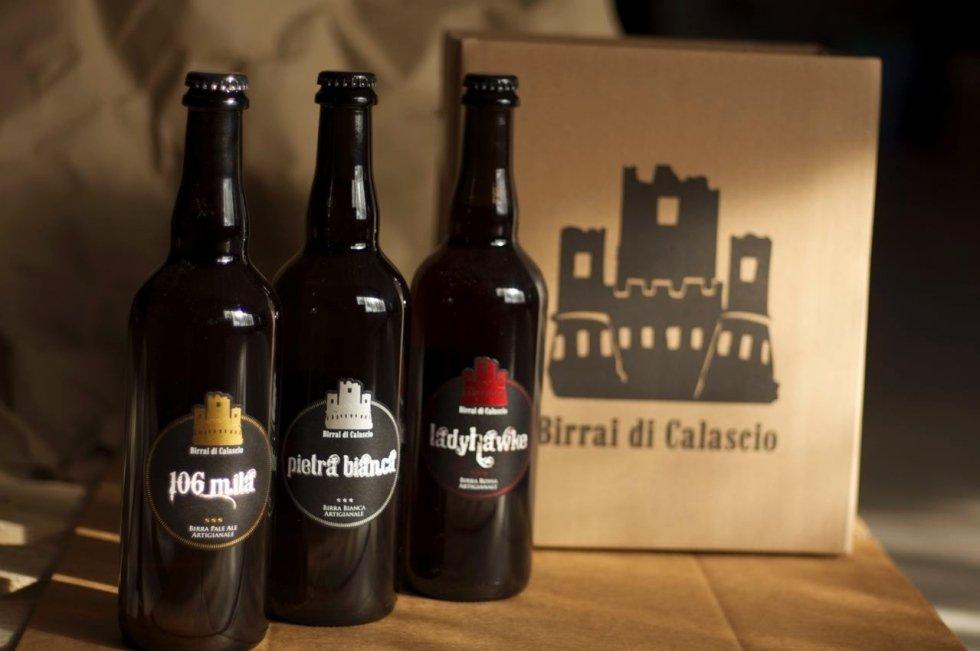 tre bottiglie di birra appoggiate su un tavolo