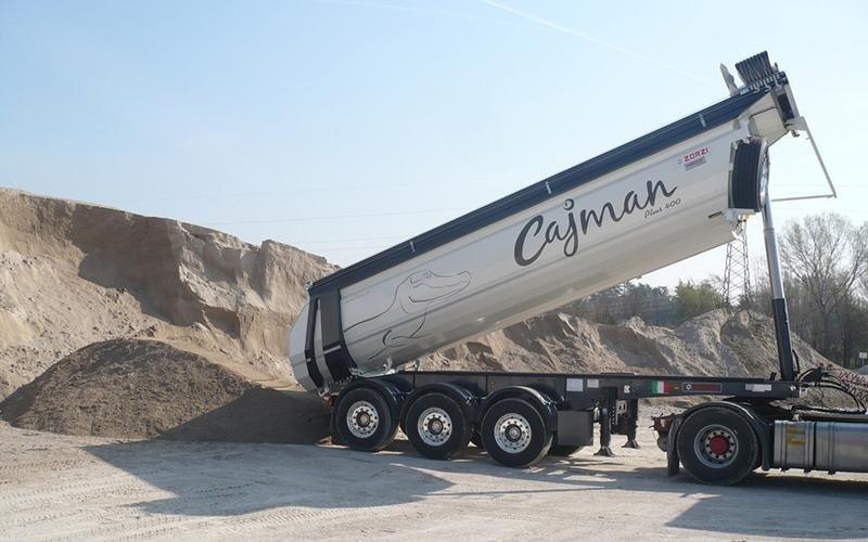 camion che scarica della terra