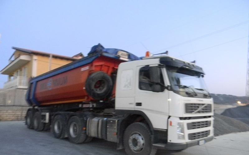 camion bianco e arancio