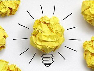 lampadina fatta con pallina di carta gialla
