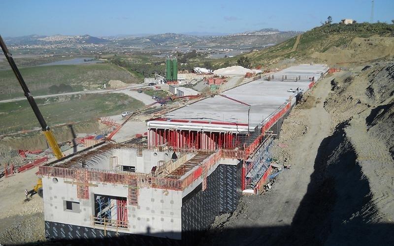 edificio in fase di costruzione su terreno bonificato