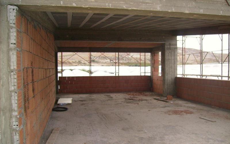 vista di salone interno di edificio ancora in fase di costruzione