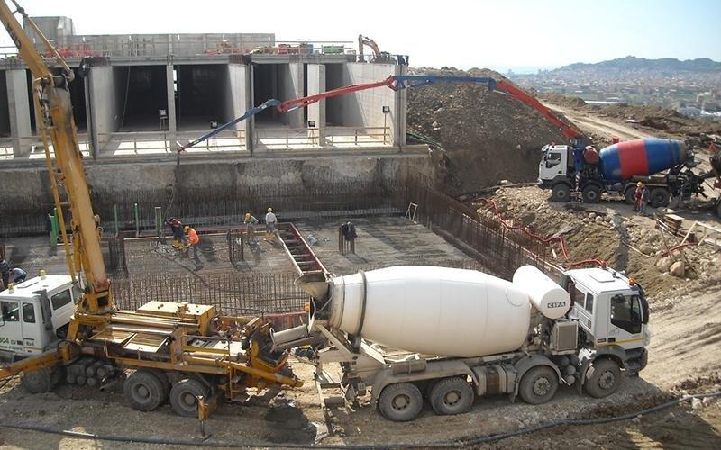 betoniera e camion con braccio pneumatico per il livellamento del terreno