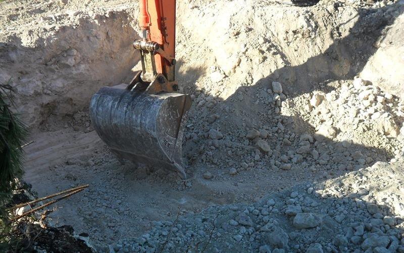 ruspa in azione durante lo scavo del terreno
