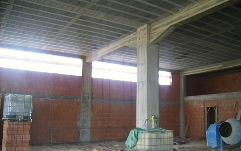 tralicci e pilastri portanti in fase di costruzione