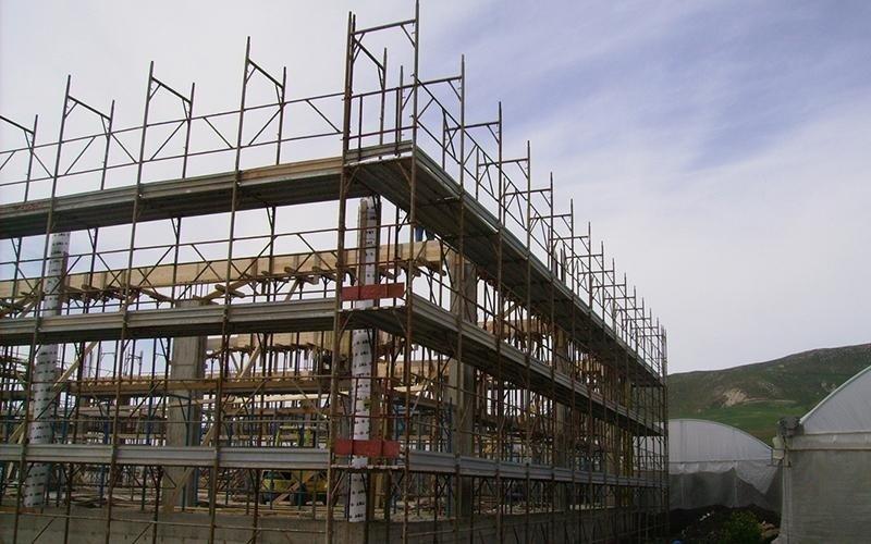 struttura in fase di costruzione con ponteggi