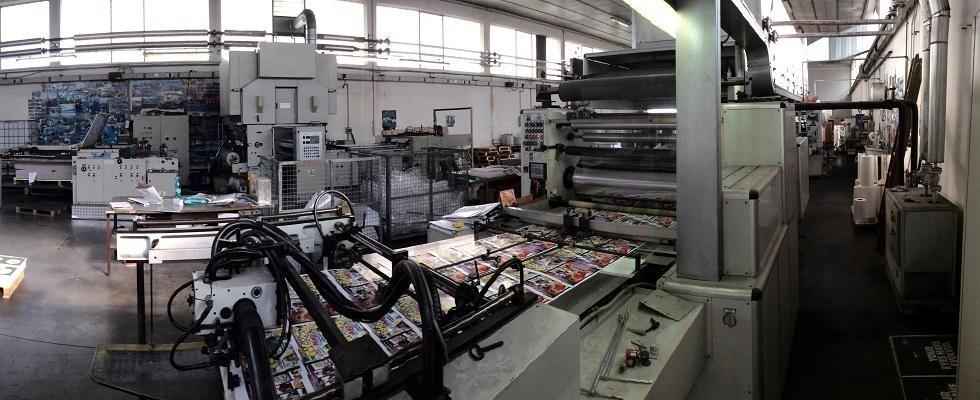 dei macchinari in una fabbrica di plastificazione